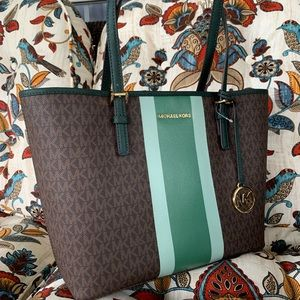 Michael Kors Bags - New MK medium tote 💚